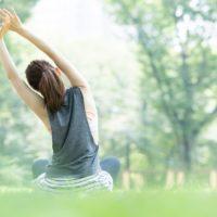 公園でストレッチをする女性