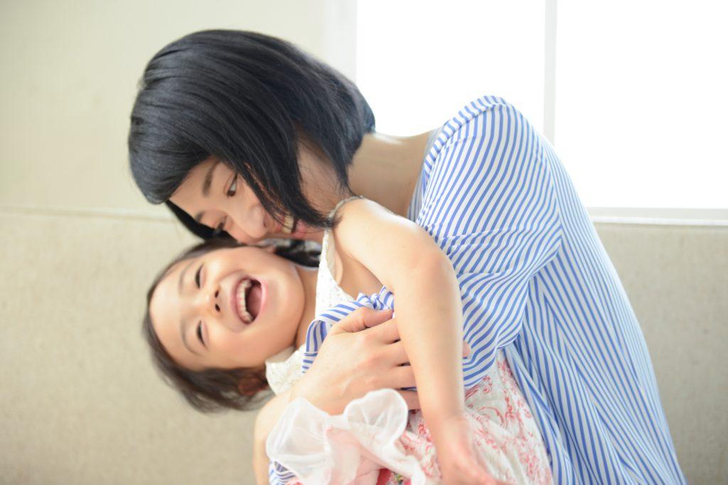 子供を抱くお母さん