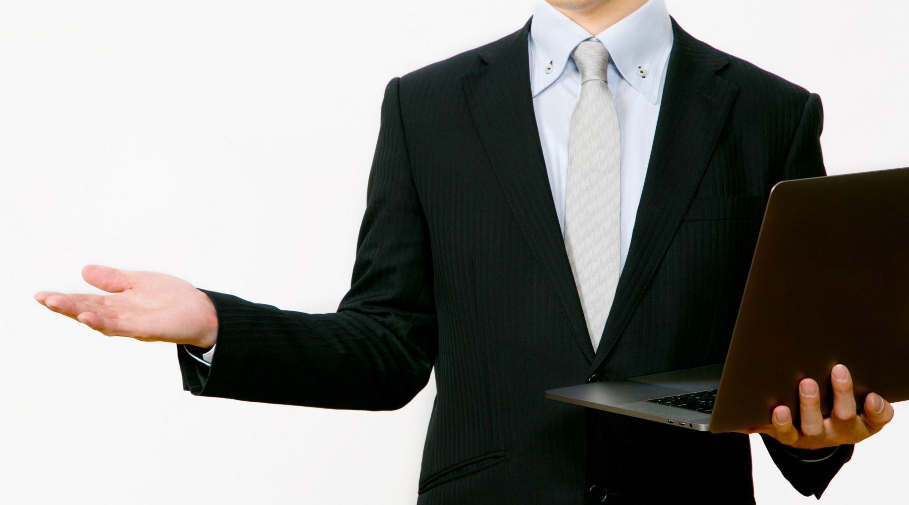 紹介をするスーツ姿の男性