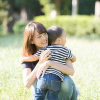 子供を抱きしめる母親