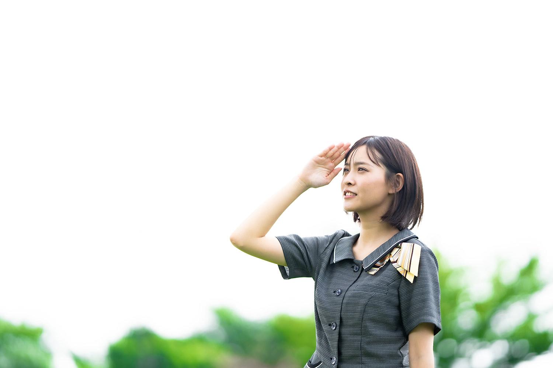 空を見つめる女性