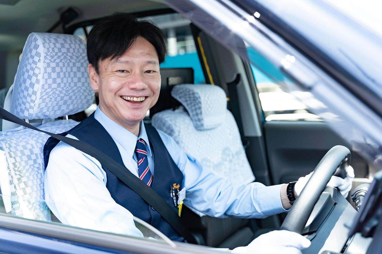 笑顔のタクシードライバー