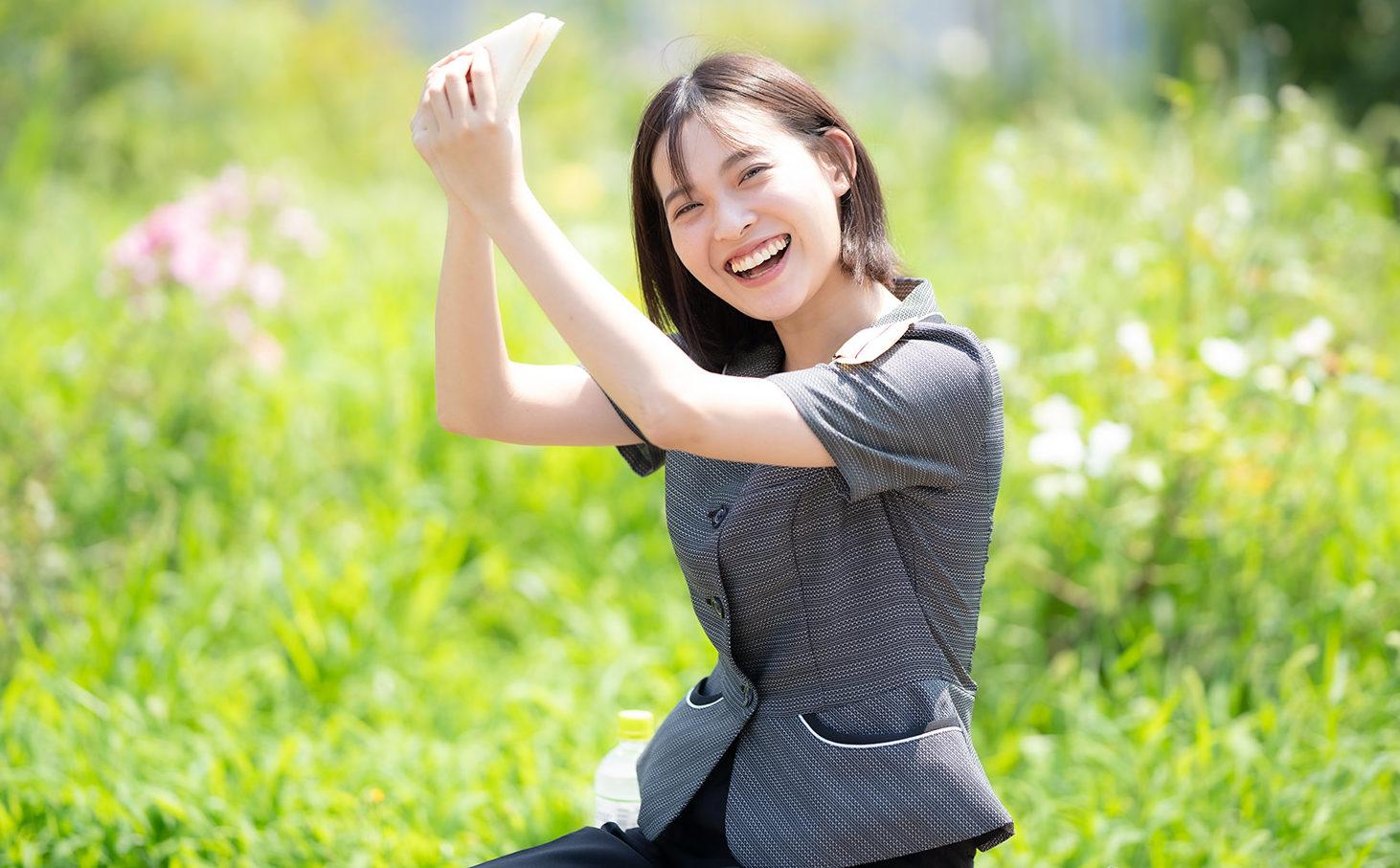 野外で休憩中の笑顔の女性