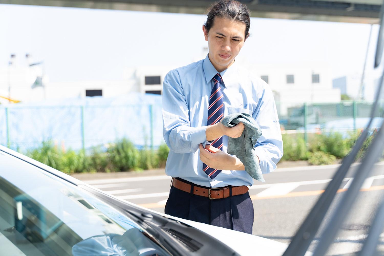車両を洗う男性ドライバー