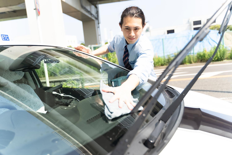 タクシーを掃除する男性乗務員