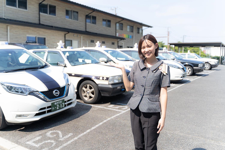 車両を紹介する女性タクシードライバー
