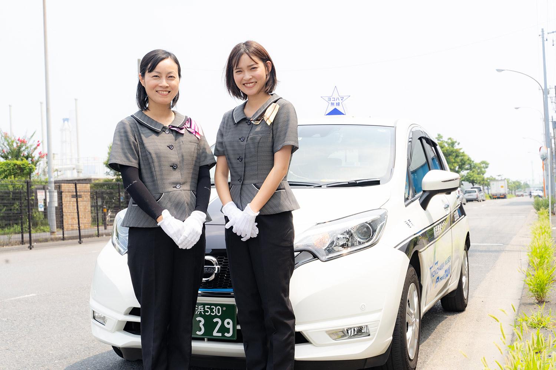 車両の前に立つ女性タクシードライバー達
