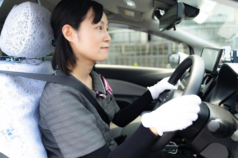 運転する女性ドライバー