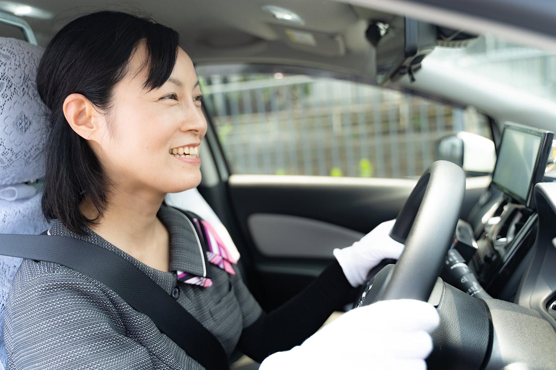 笑顔で運転する女性ドライバー