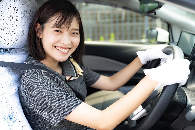 タクシーを運転する女性ドライバー