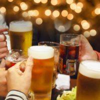 ビールで乾杯をする人々